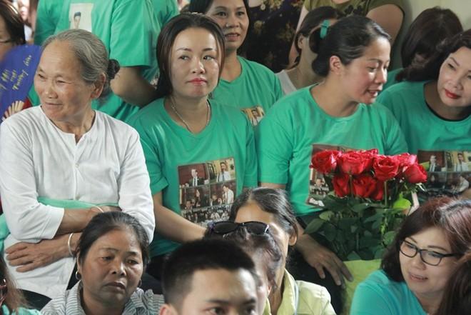 Người dân mặc áo xanh, mang hoa tới phiên tòa xử BS Lương - Ảnh 3.