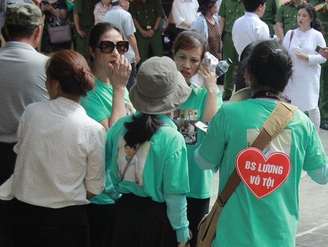 Người dân mặc áo xanh, mang hoa tới phiên tòa xử BS Lương - Ảnh 4.