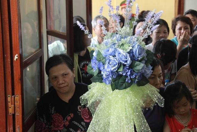 Người dân mặc áo xanh, mang hoa tới phiên tòa xử BS Lương - Ảnh 5.