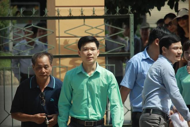 Người dân mặc áo xanh, mang hoa tới phiên tòa xử BS Lương - Ảnh 6.