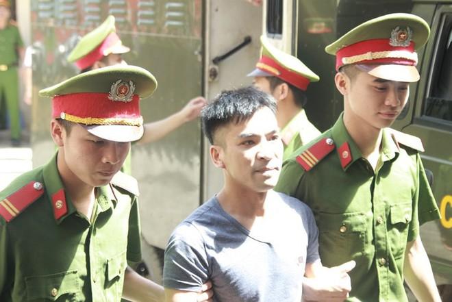Người dân mặc áo xanh, mang hoa tới phiên tòa xử BS Lương - Ảnh 7.