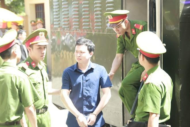Người dân mặc áo xanh, mang hoa tới phiên tòa xử BS Lương - Ảnh 8.