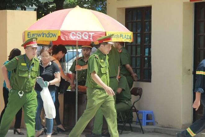 Người dân mặc áo xanh, mang hoa tới phiên tòa xử BS Lương - Ảnh 9.