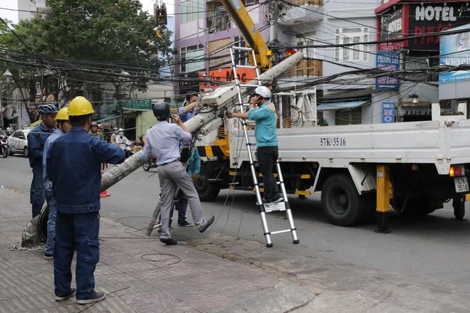 Sài Gòn xuất hiện gió lốc lớn, nhiều cây xanh bị quật ngã bật gốc - Ảnh 2.