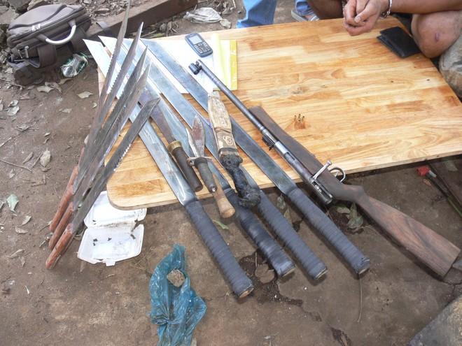 Bắt quả tang một kho vũ khí nhiều súng, đạn, dao kiếm - Ảnh 1.