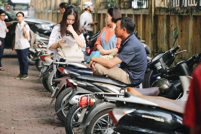 Ngày đầu tiên tuyển sinh lớp 10 tại Hà Nội: Học sinh và phụ huynh căng thẳng vì kỳ thi được đánh giá khó hơn cả thi đại học - Ảnh 2.