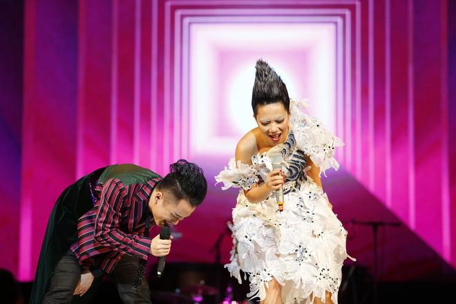 Tùng Dương nhảy tuồng, vứt bỏ cột mic, khán giả hô lớn: Tùng Dương vạn tuế - Ảnh 10.