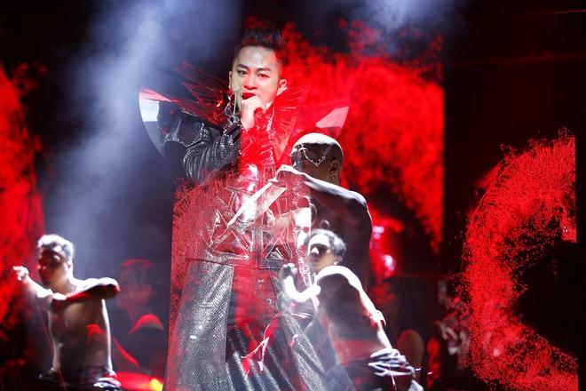 Tùng Dương nhảy tuồng, vứt bỏ cột mic, khán giả hô lớn: Tùng Dương vạn tuế - Ảnh 13.