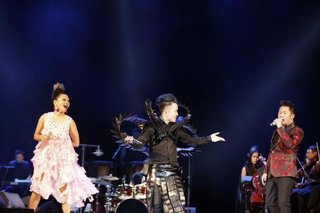 Tùng Dương nhảy tuồng, vứt bỏ cột mic, khán giả hô lớn: Tùng Dương vạn tuế - Ảnh 6.