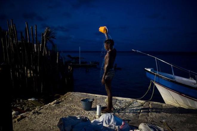 Ghé thăm hòn đảo đông dân nhất thế giới: Diện tích chỉ gần bằng 2 sân bóng đá, thiếu thốn trăm bề nhưng cuộc sống yên bình đến nỗi người dân đi ngủ không cần khóa cửa - Ảnh 5.