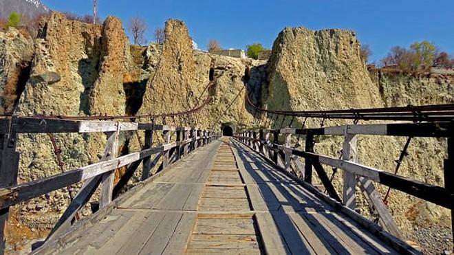 11 cây cầu treo đáng sợ nhất thế giới - Ảnh 10.
