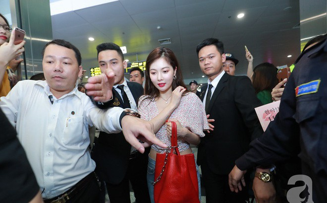 """""""Quả bom sex"""" Hyuna cùng dàn mỹ nam của Highlight chật vật di chuyển giữa biển fan Việt Nam"""