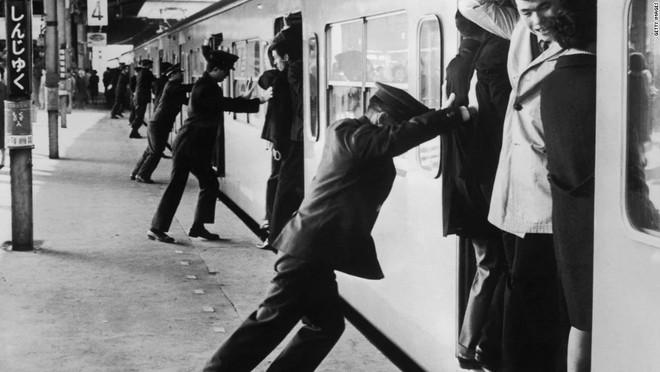 Nghề nhồi người lên tàu điện ngầm - công việc mang đậm nét văn hóa Nhật và cũng chỉ có ở Nhật - Ảnh 1.