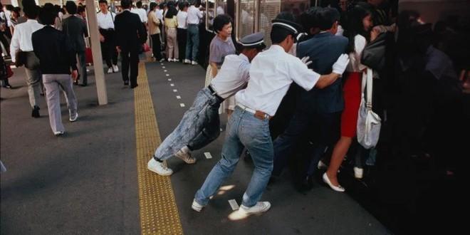 Nghề nhồi người lên tàu điện ngầm - công việc mang đậm nét văn hóa Nhật và cũng chỉ có ở Nhật - Ảnh 2.
