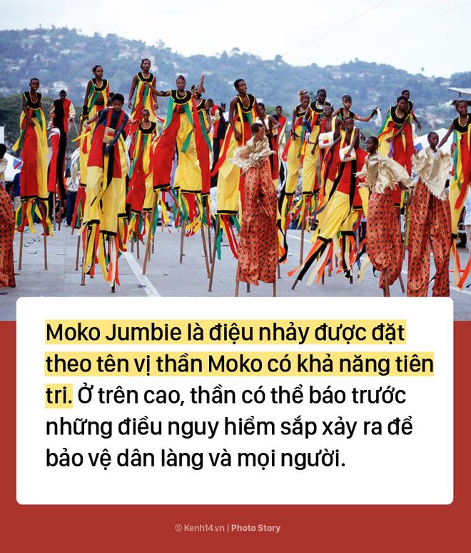 Trẻ em Trinidad & Tobago thi nhau nhảy múa trên chiếc cà kheo cao 3m - Ảnh 1.
