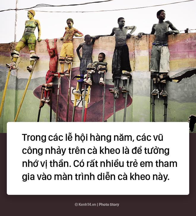 Trẻ em Trinidad & Tobago thi nhau nhảy múa trên chiếc cà kheo cao 3m - Ảnh 2.