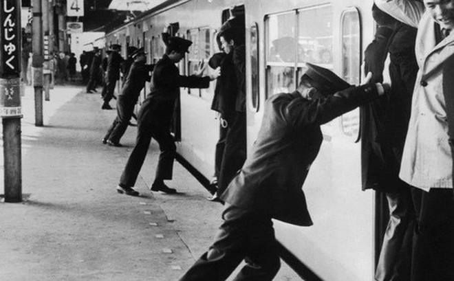 Nghề nhồi người lên tàu điện ngầm - công việc mang đậm nét văn hóa Nhật và cũng chỉ có ở Nhật