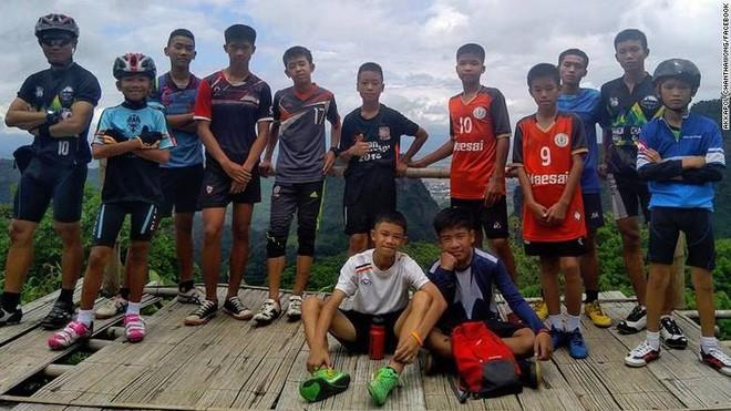 Cảnh tượng toàn thân lạnh toát ở hang Tham Luang và HLV trẻ sứ giả của trời - Ảnh 1.