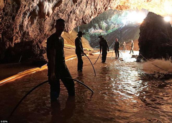 Để thoát khỏi hang Tham Luang, đội bóng thiếu niên phải vượt qua nút thắt 38cm - Ảnh 3.