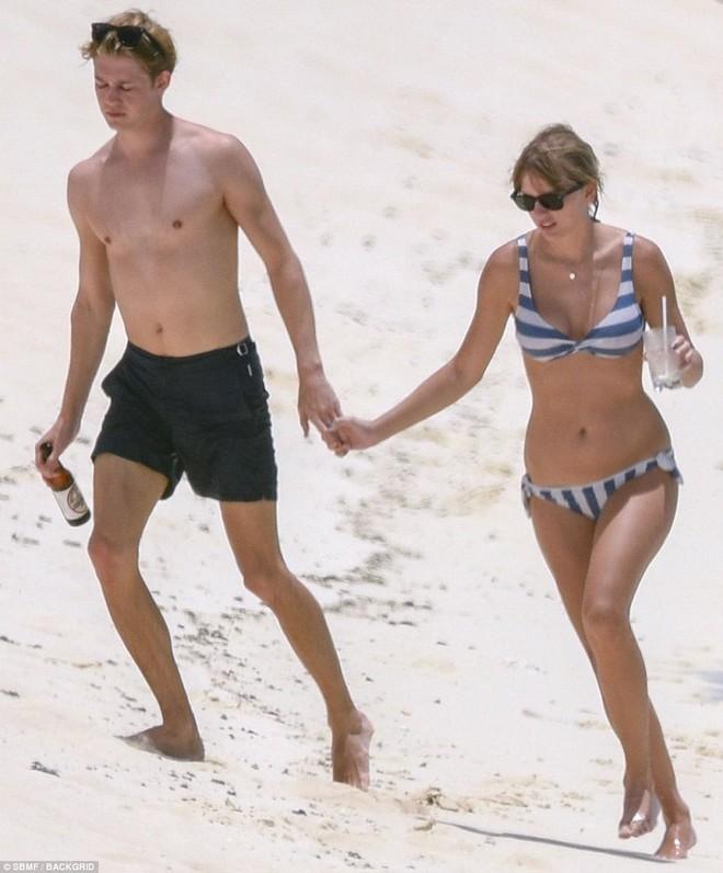 Taylor Swift lộ bụng ngày càng béo ra khi mặc bikini hẹn hò bên bạn trai - Ảnh 3.
