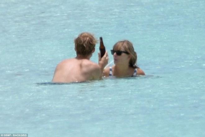 Taylor Swift lộ bụng ngày càng béo ra khi mặc bikini hẹn hò bên bạn trai - Ảnh 7.