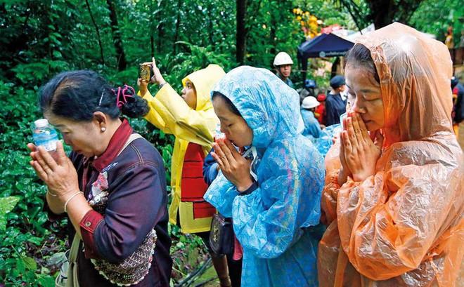 """Tướng Thái Lan tiết lộ đã làm lễ cầu xin Thần Mưa """"khoan dung"""" 3 ngày để giải cứu đội bóng"""