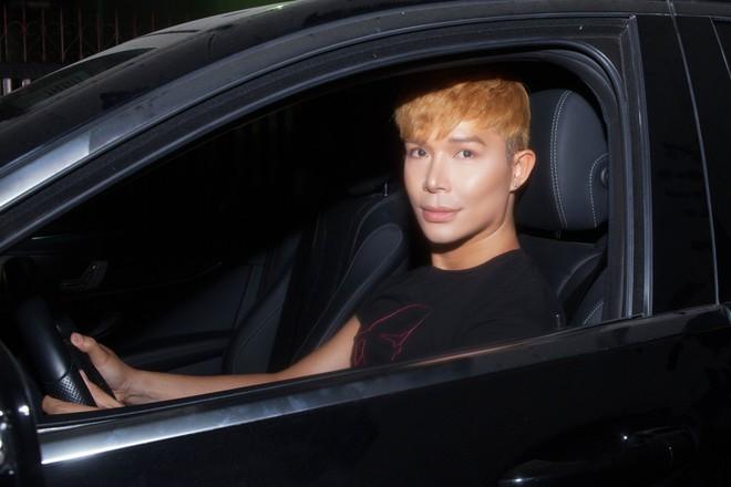Nathan Lee tự lái xe tiền tỷ đi diễn - Ảnh 1.