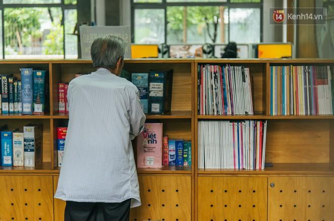 Chuyện ông cụ 77 tuổi ngồi ở thư viện Sài Gòn từ sáng đến tối mịt: Ăn cơm từ thiện, luyện học tiếng Anh - Ảnh 1.