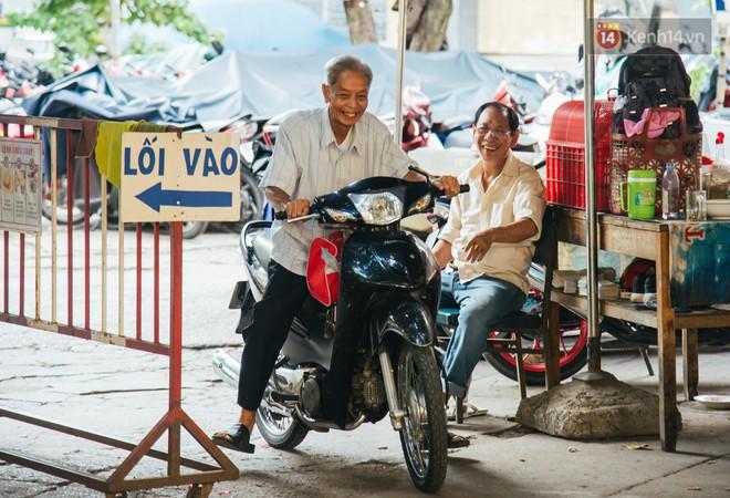 Chuyện ông cụ 77 tuổi ngồi ở thư viện Sài Gòn từ sáng đến tối mịt: Ăn cơm từ thiện, luyện học tiếng Anh - Ảnh 7.