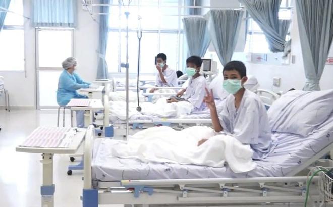 Hình ảnh đầu tiên của các cầu thủ nhí Thái Lan sau khi được giải cứu thành công