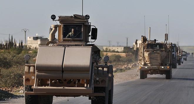 200 xe tải chất đầy vũ khí của liên quân Mỹ vượt biên giới tiến vào Syria - Ảnh 1.