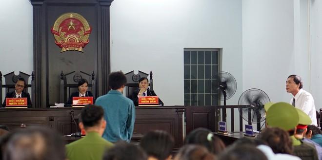 7 người gây rối, đập phá, ném bom xăng vào trụ sở UBND tỉnh Bình Thuận lãnh án - Ảnh 3.
