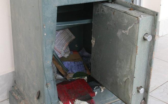 Hai thanh niên trộm tài sản 800 triệu đồng rồi chở két sắt vứt xuống sông