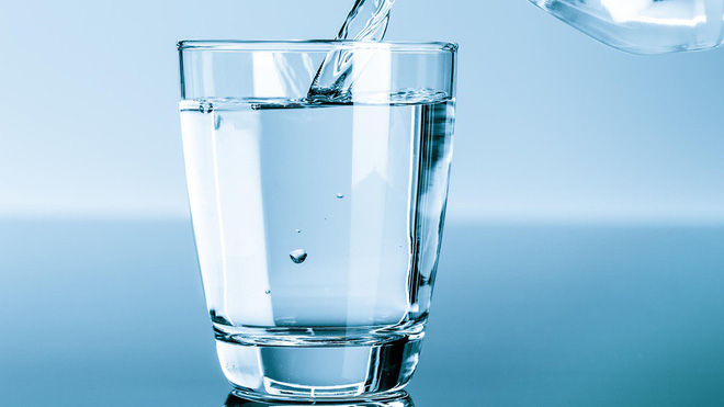 Uống nước ngay khi vừa ăn xong hay đợi 30 phút sau: Nhiều người đang có thói quen sai lầm - Ảnh 2.