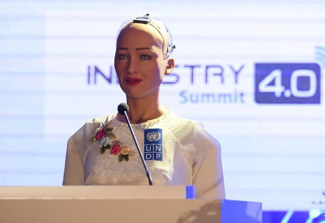 Sáng nay, công dân robot Sophia mặc áo dài nói chuyện về 4.0 ở Việt Nam - Ảnh 2.