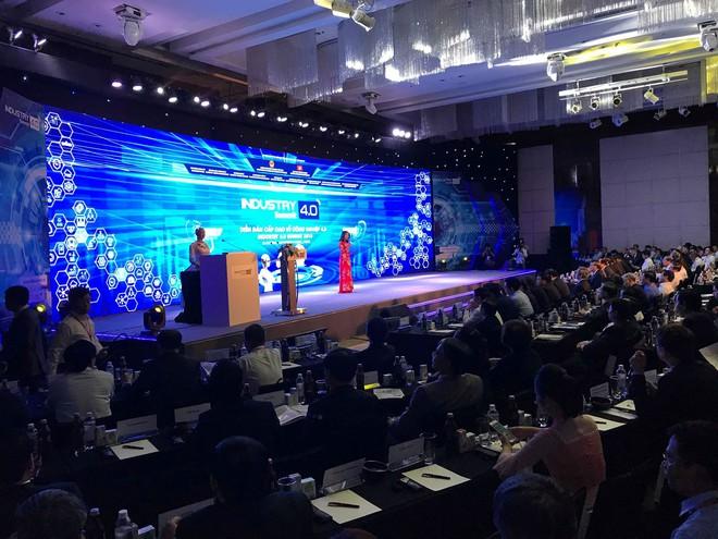 Sáng nay, công dân robot Sophia mặc áo dài nói chuyện về 4.0 ở Việt Nam - Ảnh 1.