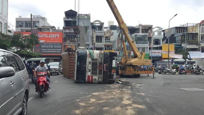 Ôm cua gấp khiến container lật nhào, các cửa ngõ ra vào sân bay Tân Sơn Nhất ùn tắc - Ảnh 1.