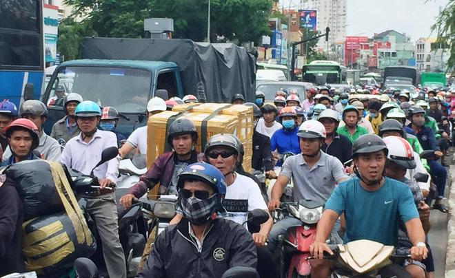 Ôm cua gấp khiến container lật nhào, các cửa ngõ ra vào sân bay Tân Sơn Nhất ùn tắc - Ảnh 2.