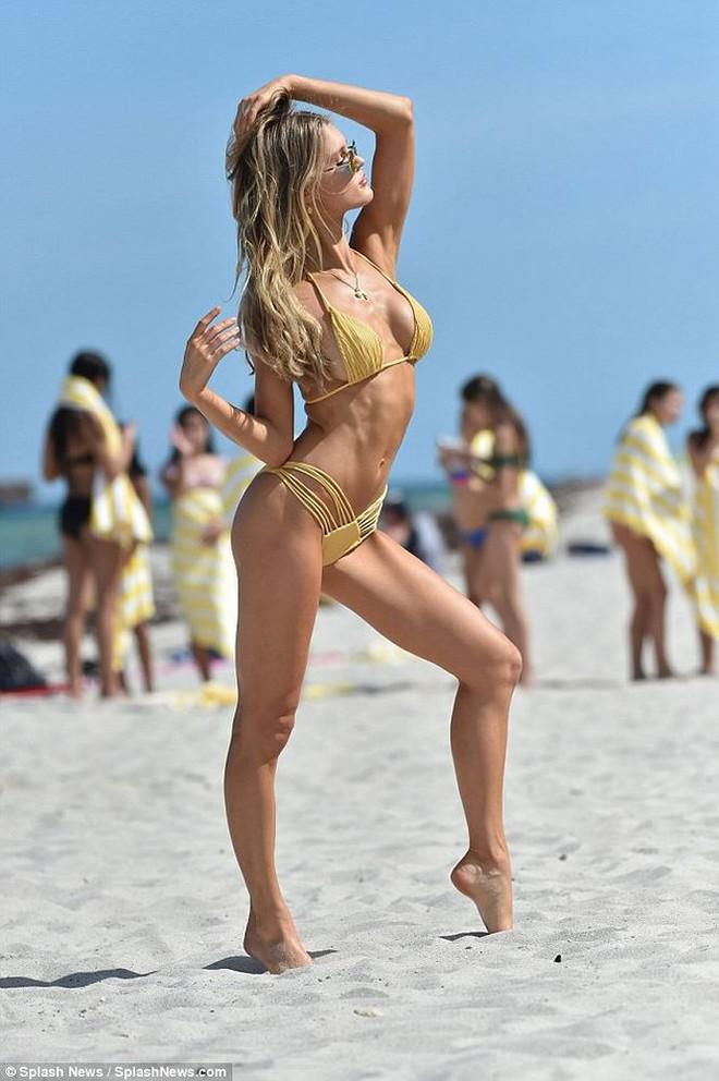 Siêu mẫu Mỹ Joy Corrigan khoe dáng tuyệt mỹ trước biển - Ảnh 1.