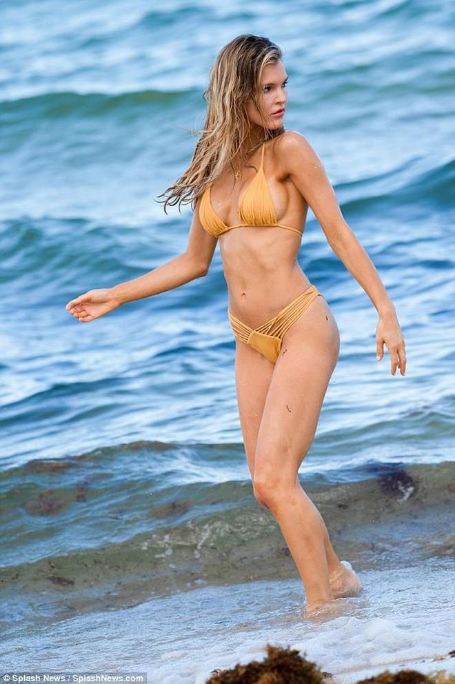 Siêu mẫu Mỹ Joy Corrigan khoe dáng tuyệt mỹ trước biển - Ảnh 3.