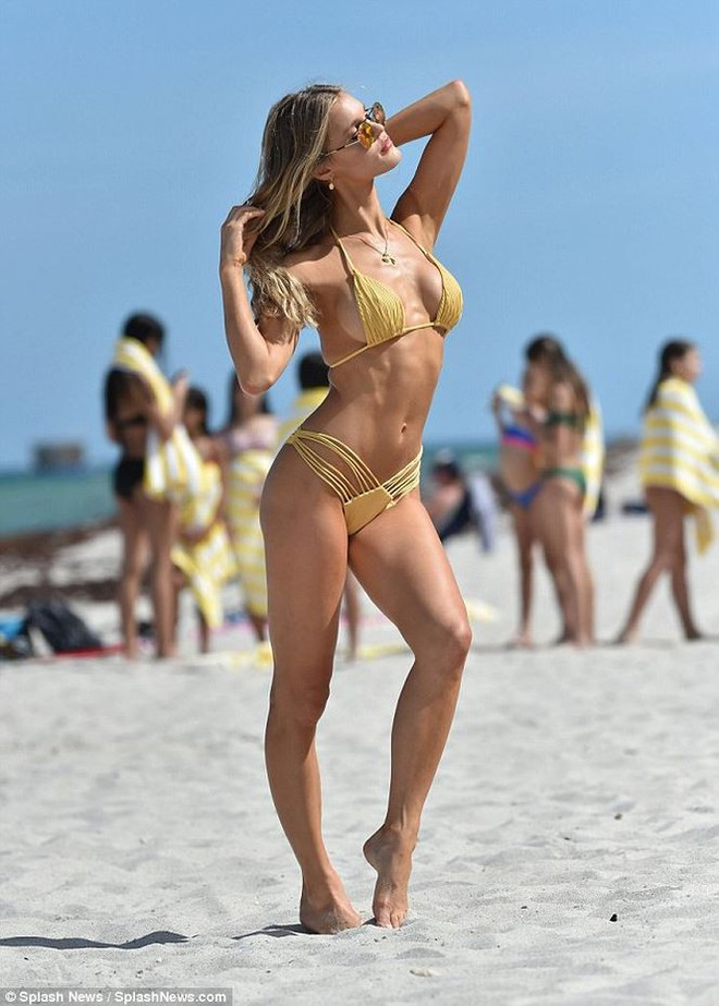 Siêu mẫu Mỹ Joy Corrigan khoe dáng tuyệt mỹ trước biển - Ảnh 4.