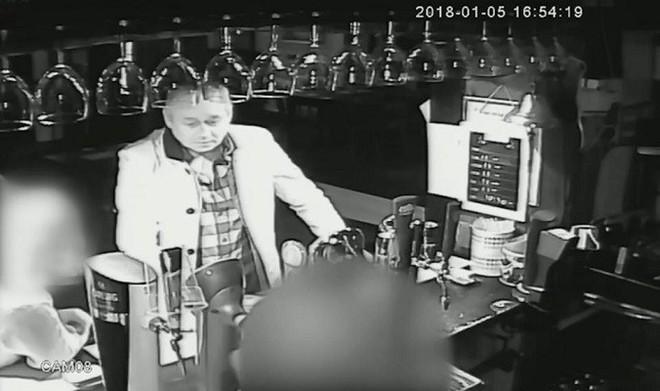 Đâm bạn gái 26 nhát liên tiếp rồi cầm tiền của nạn nhân đi uống rượu - Ảnh 1.