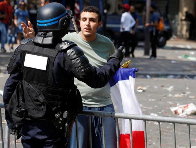 CĐV Pháp lại tấn công cảnh sát, gây náo loạn Paris ngay trước giờ G - Ảnh 2.