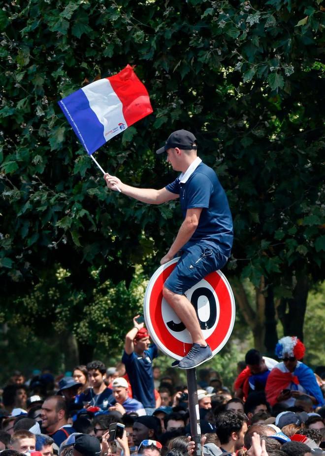 CĐV Pháp lại tấn công cảnh sát, gây náo loạn Paris ngay trước giờ G - Ảnh 3.