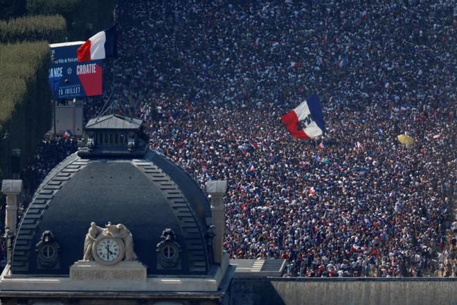 CĐV Pháp lại tấn công cảnh sát, gây náo loạn Paris ngay trước giờ G - Ảnh 4.