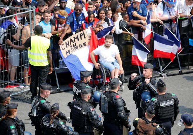 CĐV Pháp lại tấn công cảnh sát, gây náo loạn Paris ngay trước giờ G - Ảnh 7.