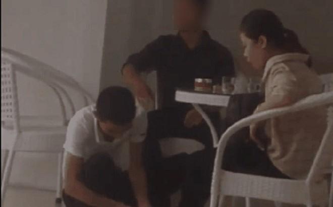 Sau cơn mưa, clip ghi lại cảnh chàng trai ngồi xổm lau dép, lau chân cho bạn gái gây tranh cãi