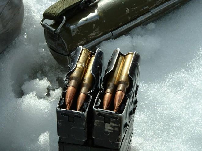 Phút căng não của cảnh sát Mỹ: Đúng lúc bắn tội phạm thì súng kẹt đạn, điều gì đã xảy ra? - Ảnh 1.