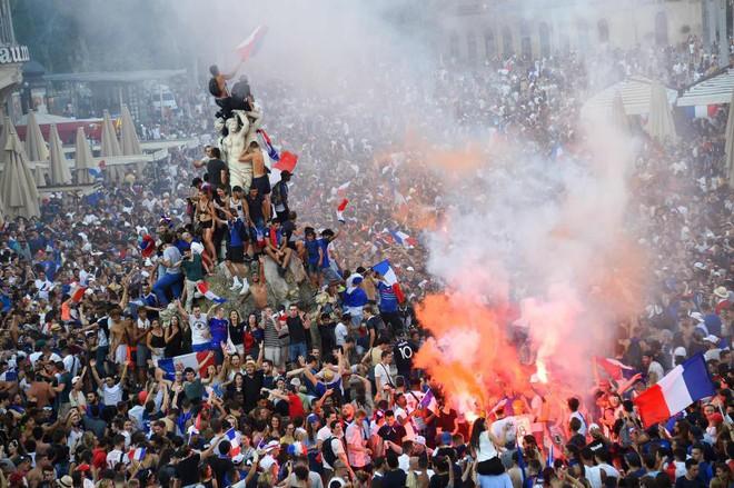 Hai CĐV Pháp thiệt mạng vì gãy cổ, đâm vào gốc cây khi ăn mừng chiến thắng - Ảnh 10.