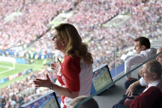 Tổng thống Pháp phấn khích ăn mừng World Cup trước mặt ông Putin - Ảnh 2.
